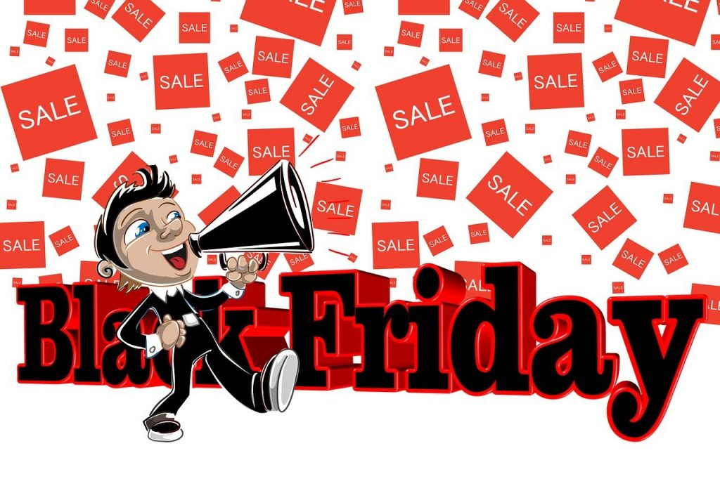"""black friday Plus tard, l'expression de Black Friday fut employée par les commerçants pour exprimer la """" sortie du rouge """": les commerçants profitaient de ce jour pour vider leurs stocks. Cela leur permettrait d'avoir un chiffre d'affaire enfin rentable. Le reste de l'année, ils étaient souvent en déficit. Ils écrivaient aussi leurs chiffres à l'encre rouge, excepté ce vendredi après Thanksgiving, qui était écrit en noir, pour souligner les ventes exceptionnelles, signifiant qu'ils étaient enfin rentables. Aujourd'hui, le Black Friday s'est popularisé au-delà des frontières américaines. Il ne se limite plus seulement au vendredi puisque tout le week-end qui suit Thanksgiving lui est consacré. Le lundi qui suit a même désormais un nom spécifique : celui du cybermonday. Un jour qui pour certains magasins a même dépassé le Black Friday en termes de vente. Bref, autant d'expressionsqui font partie des stratégies marketing gagnantes des grandes entreprises et qui sont pour nous, des journées de shopping presque incontournables."""